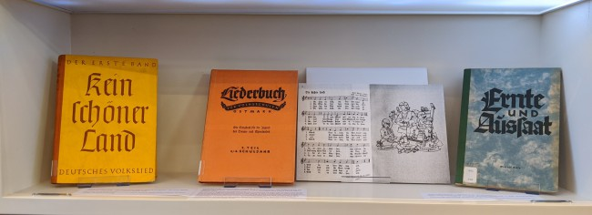 Various books on music with german titles on display on a shelf